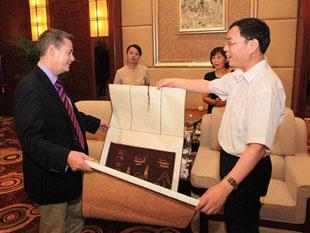 刘永湘市长向帕特里克.迈克基贈送盐场古韵